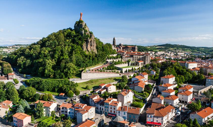 Les apparitions de Marie au Puy-en-Velay fondent le plus grand sanctuaire marial de la chrétienté médiévale
